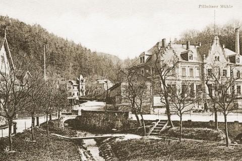 Der Dorfplatz Pillnitz um 1903 mit teichartig erweitertem Meixbach-Bett und gerade neu erbautem Gebäude der Pillnitzer Mühle.